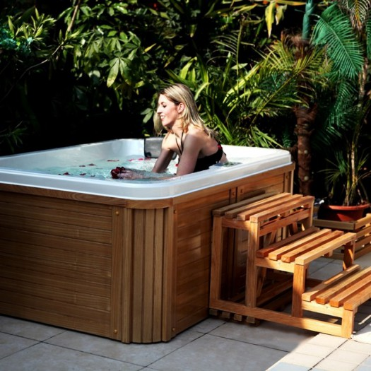 jacuzzi ext rieur le bien tre au jardin ou sur la terrasse. Black Bedroom Furniture Sets. Home Design Ideas